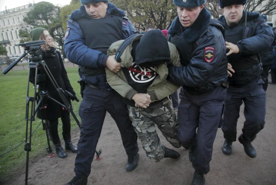 PROTESTER: Her pågriper politiet en mann under demonstrasjonene søndag. Dette i St. Petersburg. Foto: AP Photo/Dmitri Lovetsky
