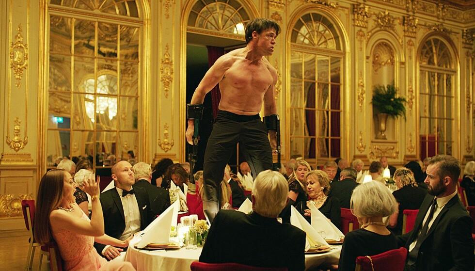 DYRETS MAKT: Bilde fra middagsscenen i «The Square». «Oleg», spilt av Terry Notary, har en skrekkslagen forsamling i sitt grep.