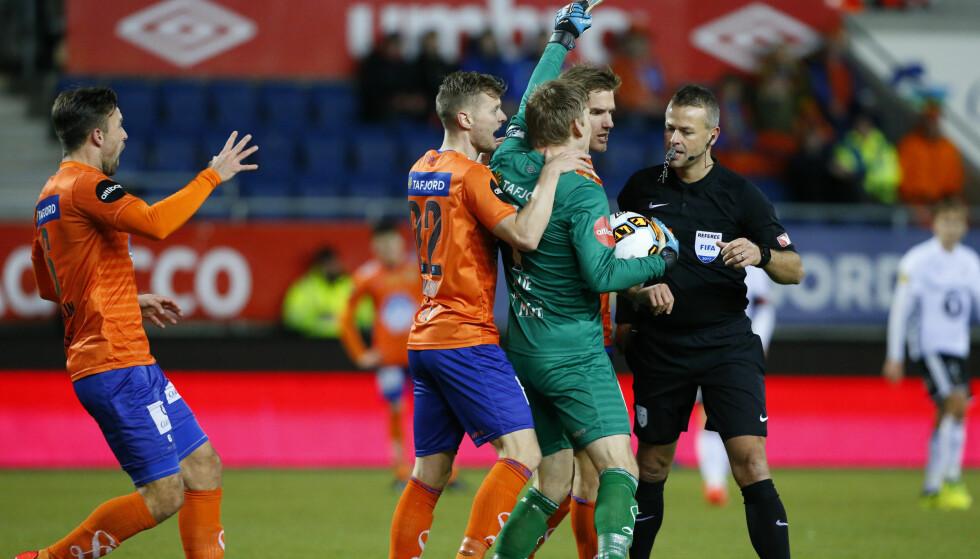 RASTE: Aalesund-spillerne etter at Nicklas Bendtner fikk straffe. Foto: Svein Ove Ekornesvåg / NTB scanpix