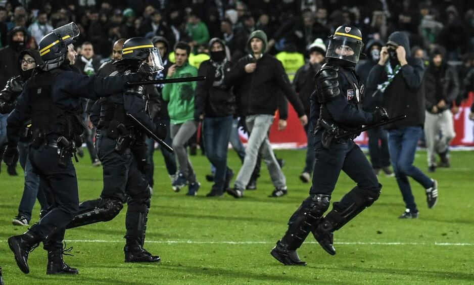 LE DERBY: Deler av Saint-Étienne-fansen stormet banen da Nabil Fekir satte inn 5-0. Foto: Philippe Desmazes / AFP Photo / NTB Scanpix