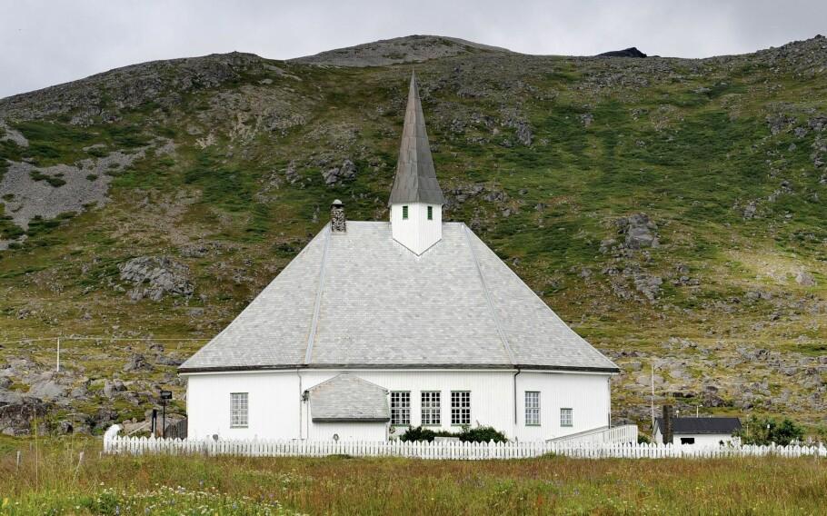 REFERANSEPUNKT: Kirkene spiller en langt større rolle i landet vårt enn som forsamlingslokaler for Norges største trossamfunn, skriver kronikkforfatteren. Bildet viser Hasvik kirke i Finnmark. Foto: KAs kirkebyggdatabase