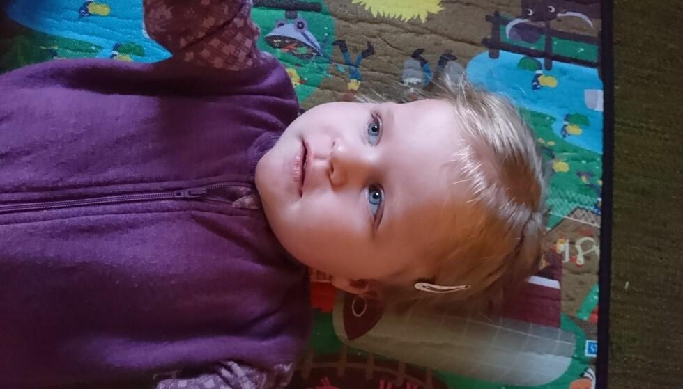 LIGGER PÅ GULVET: To år gamle Thea har nesten mistet evnen til å holde hode oppe. Den eneste medisinen som kan hjelpe henne, er for dyr for norske mydigheter som selv krever inn 25 prosent av prisen i moms. Foto: Privat