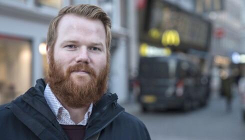 KRITISK: Daniel Møller (29) er på jobbreise fra Kristiansand og synes arbeidet med å sikre Oslos paradegate har gått for treigt. Foto: Øistein Norum Monsen / Dagbladet