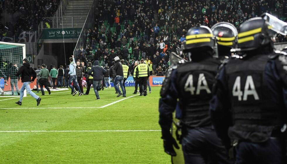 STORMET BANEN: Deler av St. Etienne-fansen stormet banen like etter at Nabil Fekir satte inn 5-0-målet. Foto. Jeff Pachoud / AFP Photo / NTB Scanpix.
