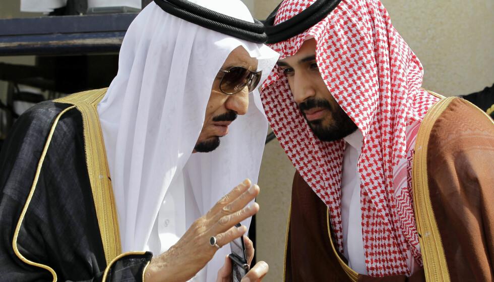 MEKTIG: Kronprins Mohammed Bin Salman (t.h) har, ifølge midtøstenekspert Nils Butenschøn, med hjelp av faren (t.v) klart å underlegge seg flere viktige institusjoner i Saudi-Arabia. Arkivfoto: AP Photo / Hassan Ammar / NTB Scanpix