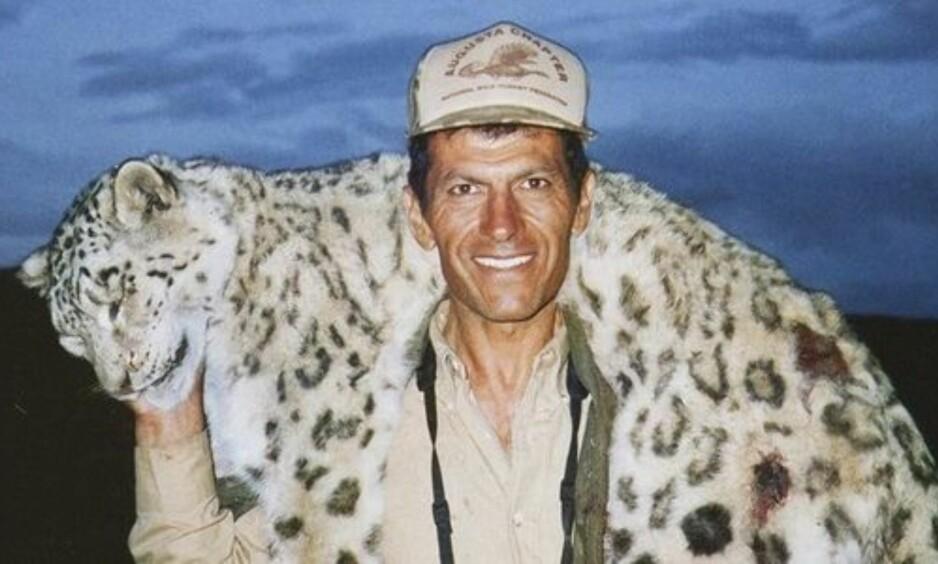 SNØLEOPARD: Hossein Golabchi poserer med den døde snøleoparden han skjøt i 2008. Foto: thepetitionsite.com