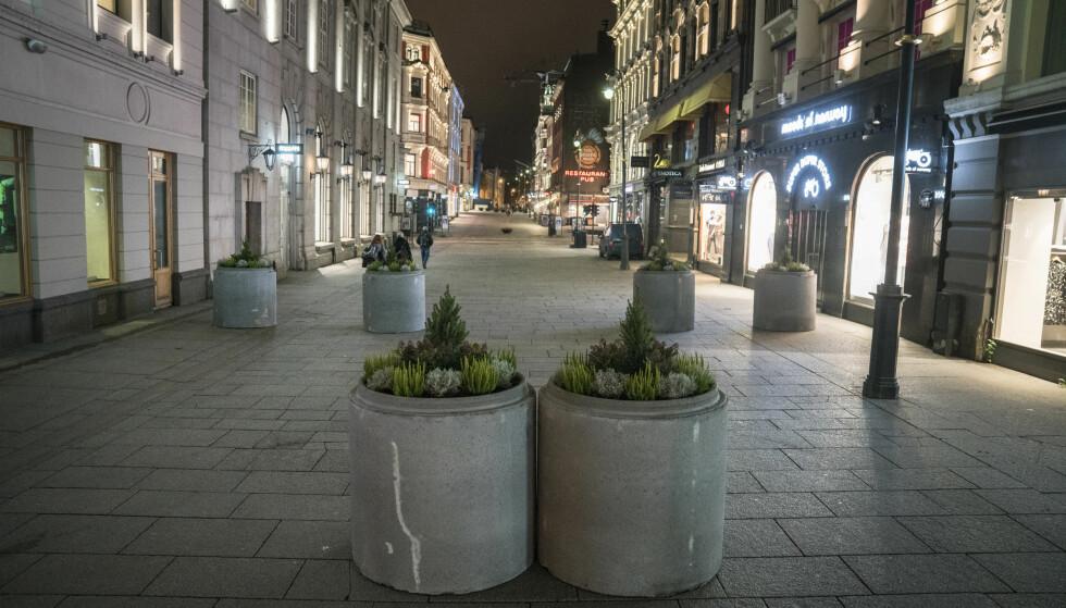 SIKRING: En rekke betongringer med blomster er plassert ut på Karl Johans gate for å sikre mot terroranslag. Foto: Øistein Norum Monsen / Dagbladet.