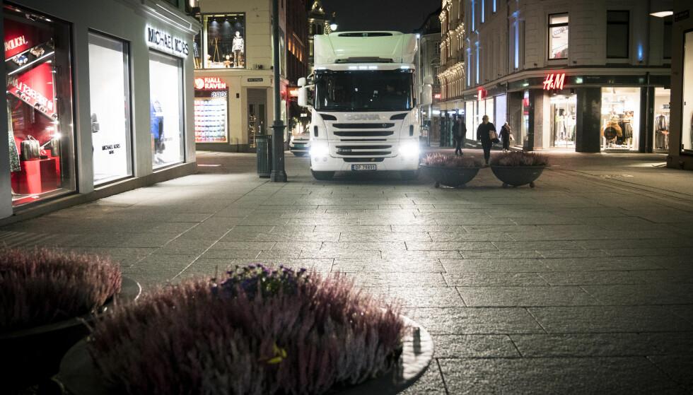 UFRAMKOMMELIG: Dawod Mirafghan måtte rygge inn i en tverrgate når han ikke kom fram med lastebilen. Foto: Øistein Norum Monsen / Dagbladet.