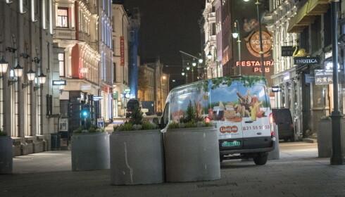 TRANGERE OM PLASSEN: Oslo kommune startet i natt arbeidet med å terrorsikre Karl Johans gate. Så langt er blomsterurner og betongringer plassert langs hele gågaten. Foto: Øistein Norum Monsen / Dagbladet