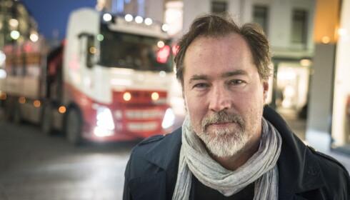 NYSGJERRIG: Bymiljøetatens pressetalsmann, Richard Kongsteien, kom til Egertorvet for å sjekke arbeidet som var utført gjennom natten. Foto: Øistein Norum Monsen / Dagbladet