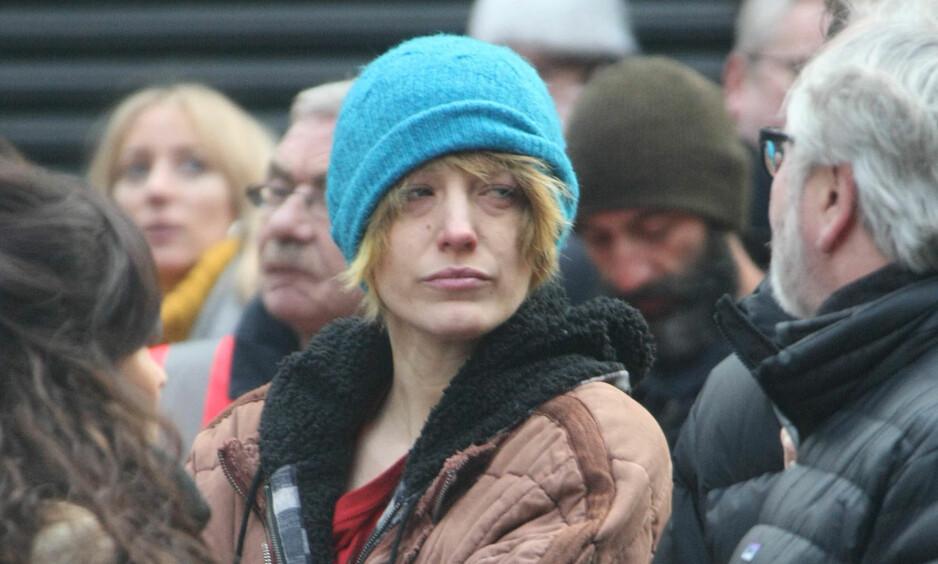 PÅ GATA: Skuespiller Blake Lively (30) har endret utseendet til filmen «The Rythm Section». Her er hun fotografert under innspilling i Dublin i helga. Foto: Scanpix