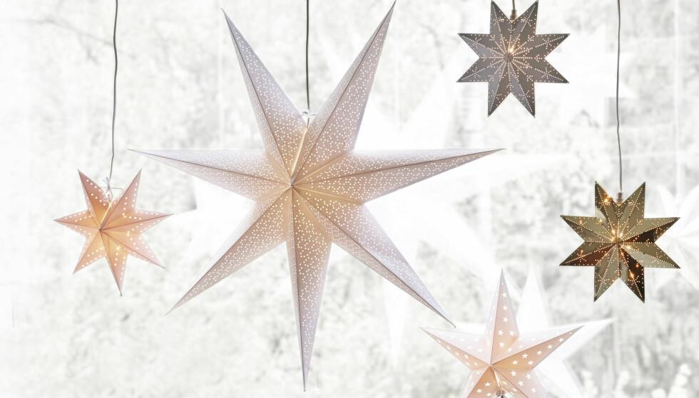 EFFEKTFULLT: Flere stjerner på rad gir godt lys og en spennende vindusdekorasjon. Foto: Jernia