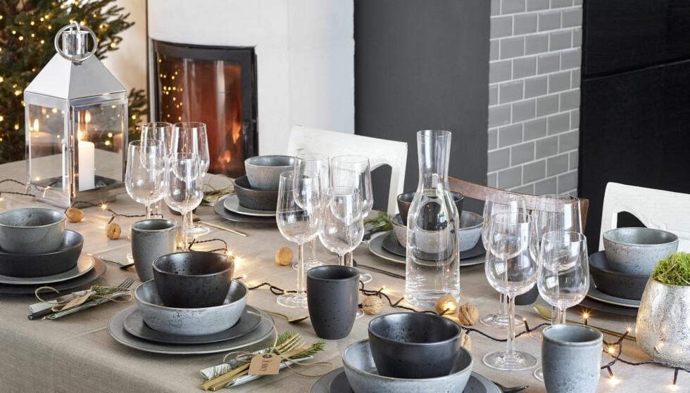 BORDDEKKING: En lyslenke med gull- eller sølvkuler gjør susen. I tillegg er det ganske så brannsikkert i forhold til stearinlys i kombinasjon med servietter og annet stæsj. Foto: Jernia