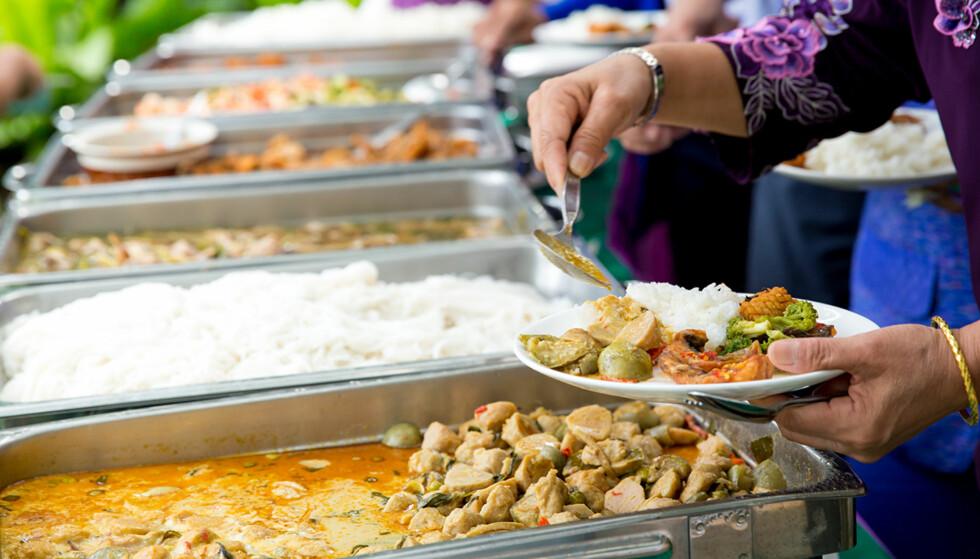 MAGETRØBBEL PÅ FERIE: Mat som har stått fremme en stund, som buffetmat, bør du holde deg unna. Her har nemlig bakterier svært gode vekstsvilkår. Da hjelper det ikke om restauranten er fin og dyr, sier sykepleier Mari Holmslien. (Foto: Shutterstock)