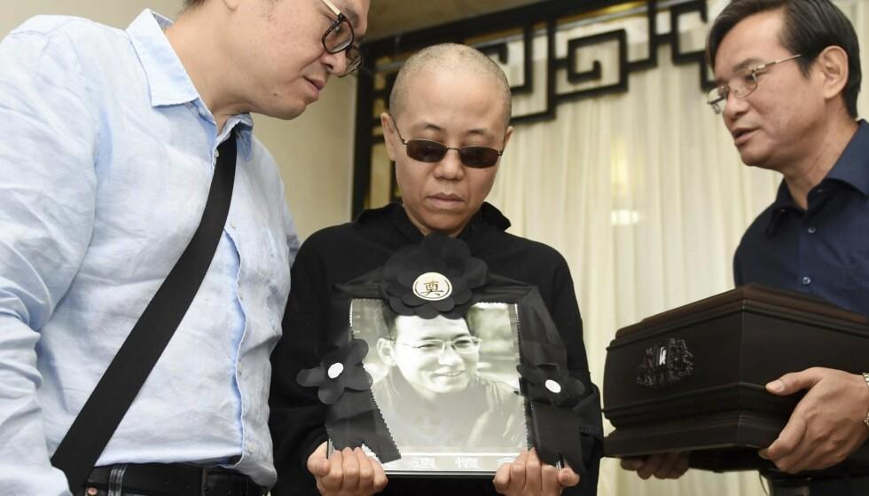 SØRGENDE ENKE: Det siste offentlige bildet av Liu Xia (i midten) ble tatt 15. juli i år da ektemannen Liu Xiabos aske ble strødd i havet. Foto: AP / NTB Scanpix