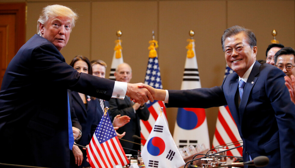 Tåkefast: Natt til onsdag norsk tid, hadde Donald Trump planlagt å besøke den demilitariserte grensesonen mellom Nord- og Sør-Korea. Det ble stoppet av tåke. Her med Sør-Koreas president, Moon Jae-in. Foto: Jonathan Ernst / Reuters / NTB Scanpix