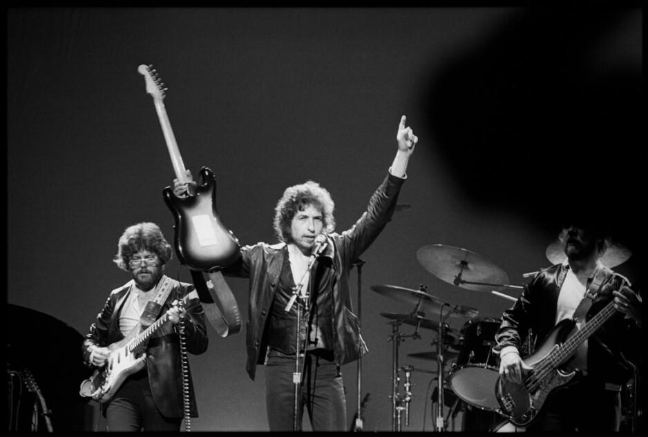 """PÅ TURNE: Bob Dylan gjennomførte 79 konserter med de religiøse sangene i USA i 1979-1980 og deretter 54 til i USA og Europa i 1981. Fra showet i Oslo 9. juli 1981 er låta """"When You Gonna Wake Up?"""" med i boksen. Til venstre Fred Tackett, som satte sterkt preg på arrangementene. Foto: Baron Walman"""