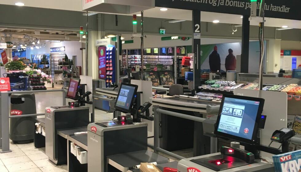SELVBETJENT: Mange Meny-butikker tilbyr kundene å scanne og betale varene på egen hånd, men har ingen planer om butikker uten betjening. (Foto: Christopher Sjuve)