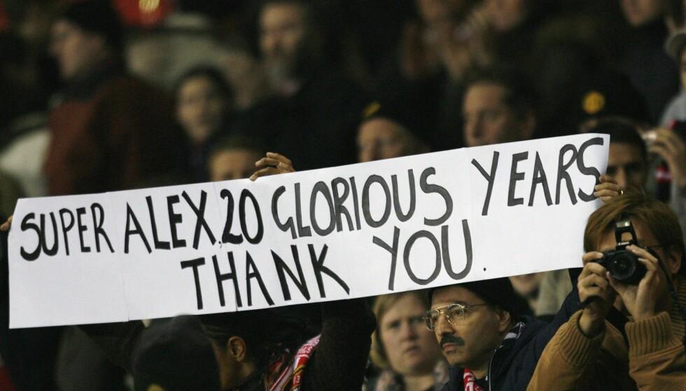 HEDRET: Manchester United-fans holder opp et banner etter at Alex Ferguson hadde vært 20 år i klubben. Foto: REUTERS/Darren Staples/NTB Scanpix