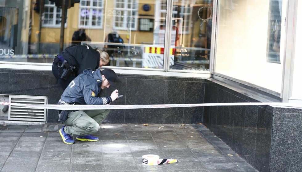 ETTERFORSKES: Politiet undersøker her området rundt Stortorget, der en mann ble pågrepet søndag etter å ha skutt mot bygninger. Ingen ble skadd. Mannen er varetektsfengslet i fire uker. Foto: Terje Pedersen / NTB scanpix