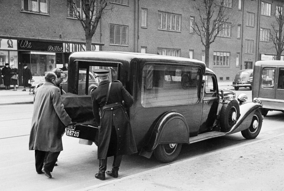 FRAKTES VEKK: Ekteparet Jacobsen ble funnet i leiligheten sin en kald februardag i 1948. Foto: NTB Scanpix
