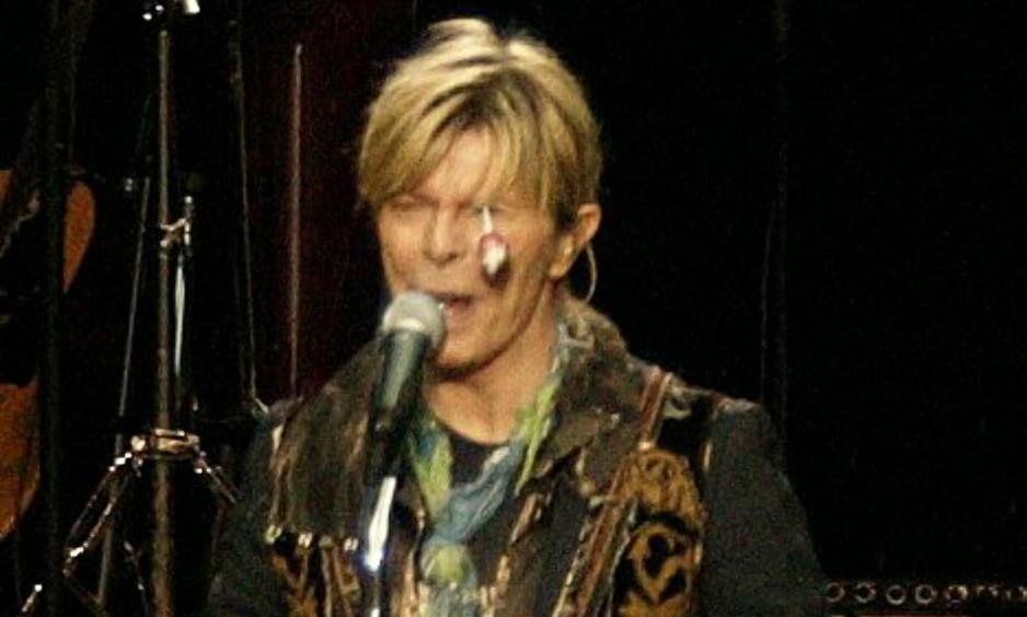 IKON: Avdøde David Bowie opptrådte på Norwegian Wood i 2004. Under konserten kastet en kvinnelig publikummer en kjærlighet på pinne på engelskmannens venstre øye (Bowie fikk skader på samme øye da han sloss med en kamerat på grunn av den damekrangel i ungdommen). Den legendariske artisten ble forbanna, men fortsatte konserten. Dagbladet-bilde gikk seinere verden rundt. Foto: Henning Lillegård