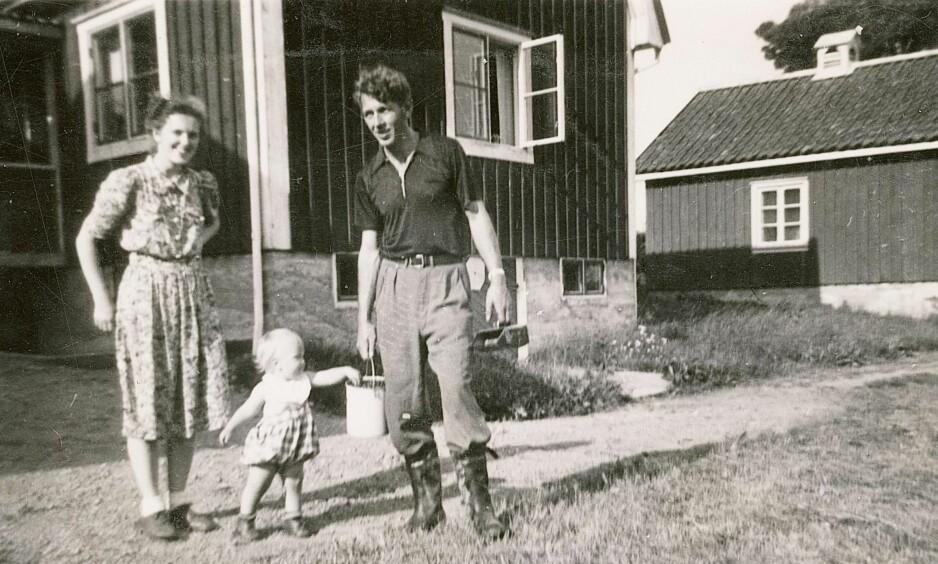 ETTERPÅ: Gerd og Alf Pettersen fotografert i Oslo etter at de sommeren 1945 kom tilbake fra Stockholm. Her med sønnen Jon Elling.FOTO: FRA BOKA «CARL FREDRIKSENS TRANSPORT»