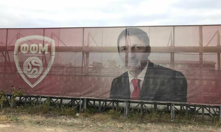 OMKOM: Pater Milosevski ble bare 40 år. I dag henger det et stort portrett av ham utenfor treningsanlegget til det makedonske fotballforbundet. FOTO: TORE ULRIK BRATLAND