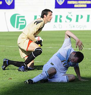 RUVENDE SKIKKELSE: Petar Milosevski fikk 59 landskamper for Makedonia som keeper. Her i en kamp fra 2010 med Skottlands James Mcfadden i forgrunnen. Foto: NTB SCANPIX