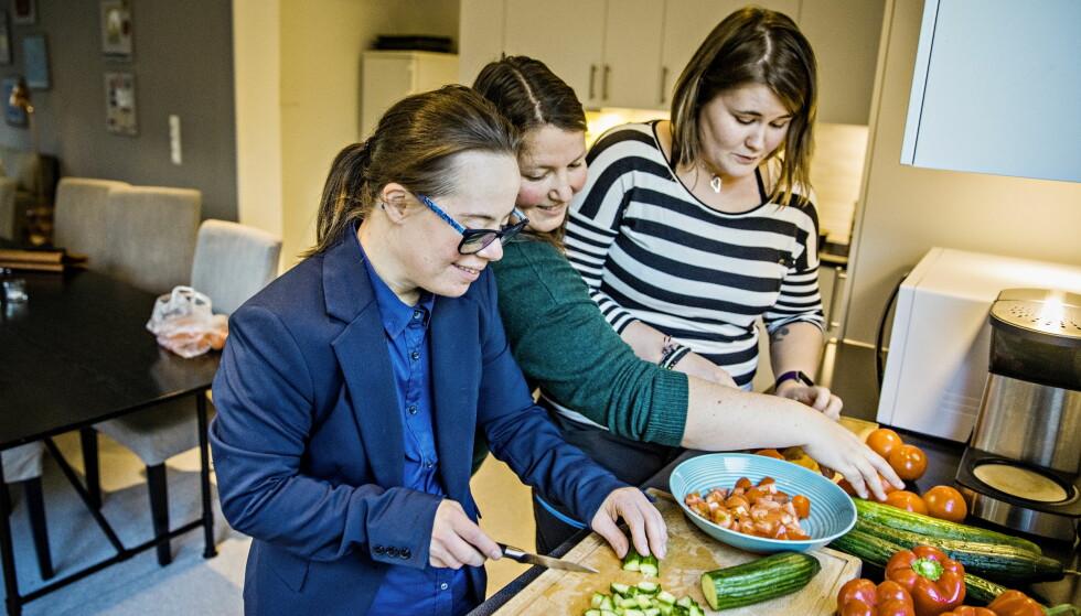 LYSTBETONT: Line liker å kutte grønnsaker. Her med miljøterapeut Adina Frigstad (bakerst) og leder for boligen, Mette Furu. Foto: Jørn H Moen