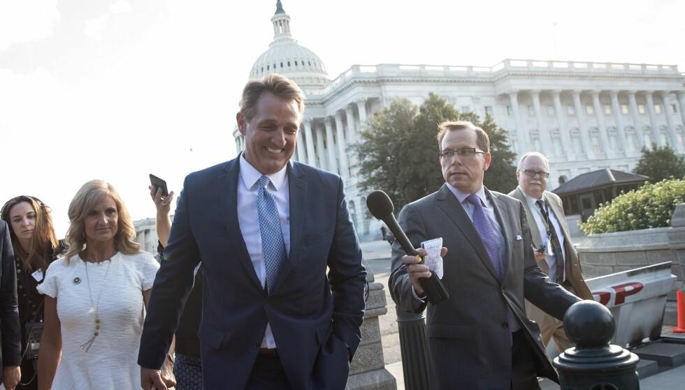 VIL IKKE VÆRE MEDSKYLDIG: Den republikanske senatoren Jeff Flake varslet at han ikke stiller til gjenvalg nest år fordi han ikke ønsker å være «medskyldig» i Trumps måte å styre landet på. Foto:  Drew Angerer / Getty Images / AFP / NTB Scanpix