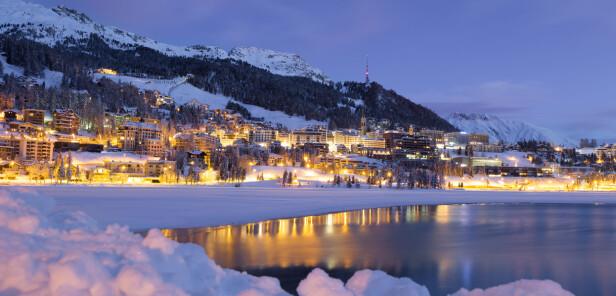 GLAMORØST: St. Moritz var vertskap for alpin-VM forrige vinter, og er et meget tradisjonsrikt skisted med to vinter-OL bak seg. På isen utenfor byen arrangeres det gjerne skøyteløp. Foto: NTB SCANPIX / SHUTTERSTOCK