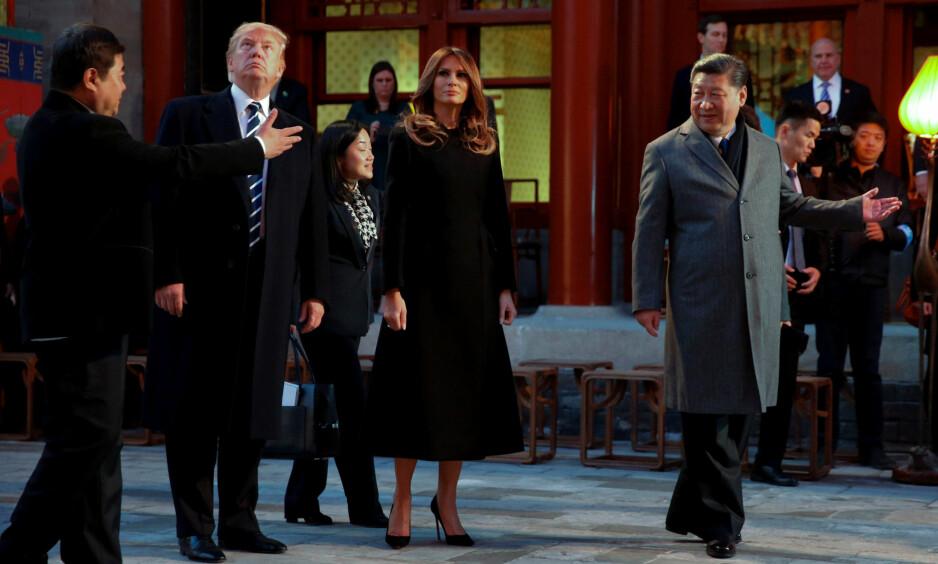 I DEN FORBUDTE BY: Xi Jinping (til høyre) viste Donald J. Trump og hans kone Melania rundt om i Den forbudte by onsdag. Foto: REUTERS / Jonathan Ernst / NTB Scanpix