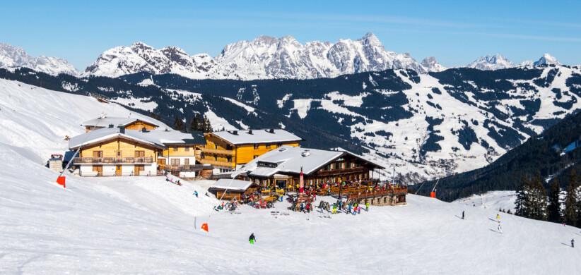 AFTERSKI: I alpene er ofte mat og drikke like viktig som snøkvaliteten. Her en restaurant og pub i bakken på skistedet Saalbach. Foto: NTB SCANPIX / SHUTTERSTOCK