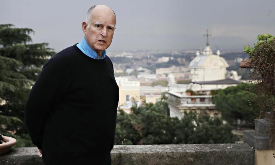 TIL OSLO: Californias guvernør, Jerry Brown, er på vei til Norge for å delta i en dialog om politikk og forskning i Det Norske Videnskaps-Akademi i Oslo lørdag. Her er han fotografert i Roma for noen dager siden. Foto: Alessandra Tarantino / AP / NTB Scanpix