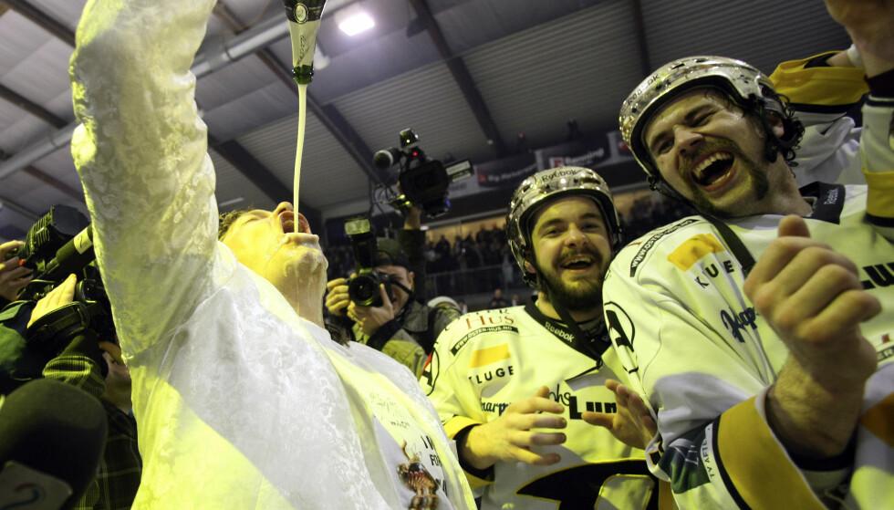 GULLFEBER: Oilers-investor Tore Christiansen nyter champagne etter at Stavanger Oilers ble norgesmestere i ishockey på hjemmebane i 2010. Foto: Alf Ove Hansen / Scanpix