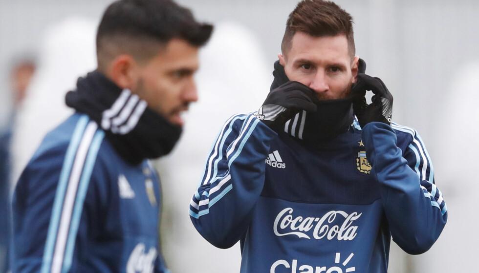 SINT: Lionel Messi har sett seg lei spekulasjonene rundt hans rolle på landslaget. Her avbildet sammen med Sergio Aguero. Foto: REUTERS/Sergei Karpukhin