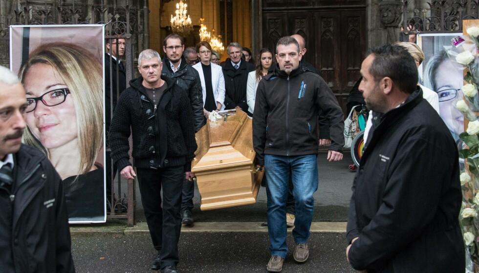 DREPT: Alexia Daval (29) ble begravet onsdag 8. november. I slutten av oktober forsvant hun etter en joggetur. Foto: AFP PHOTO / SEBASTIEN BOZON Alexia