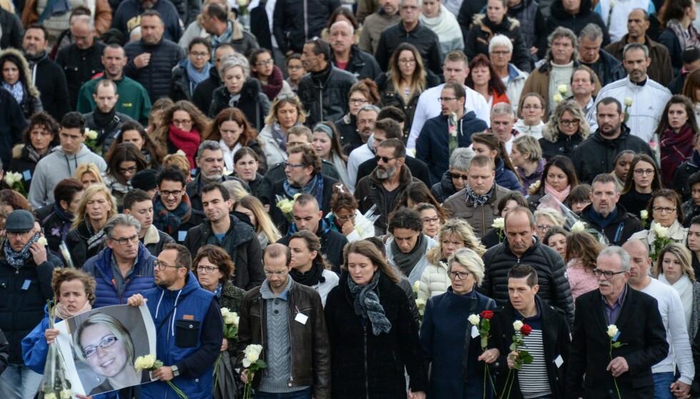 TIL MINNE: Søndag 5.november, i den lille franske byen Gray, stilte rundt 10 000 mennesker opp på en stille mars til minne for avdøde Alexia Daval (29). Foto: AFP PHOTO / SEBASTIEN BOZON
