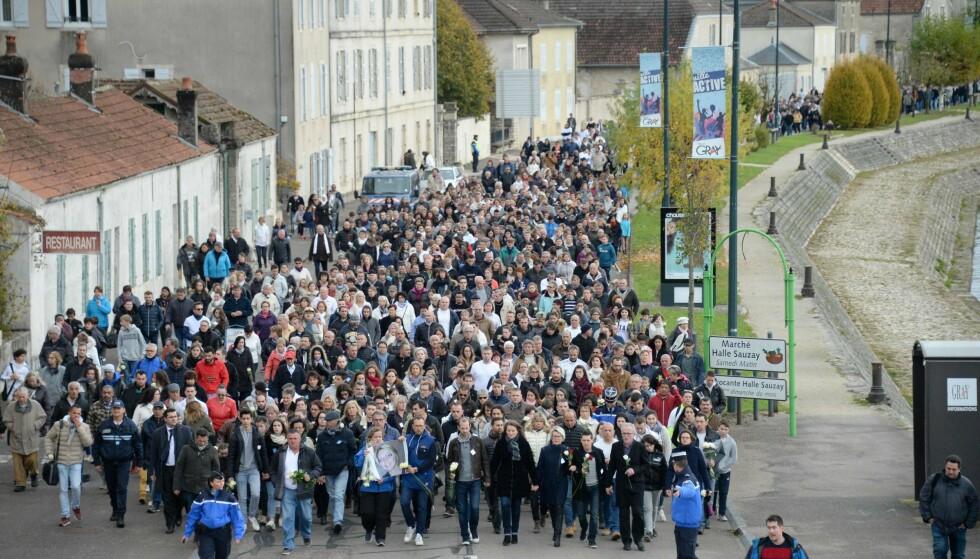 STORT OPPMØTE: Den lille franske byen Gray er sterkt rystet av drapet på en kvinnelig jogger. Her stiller rundt 10 000 mennesker opp på en mars til minne for avdøde Alexia Daval. Foto: AFP PHOTO / Sebastien Bozon