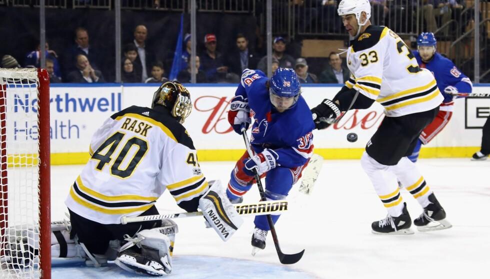 SEIER: Mats Zuccarello spilte sin 400. NHL-kamp da New York Rangers slo Boston Bruins 4-2 natt til torsdag. Det var lagets femte strake seier. Foto: NTB Scanpix