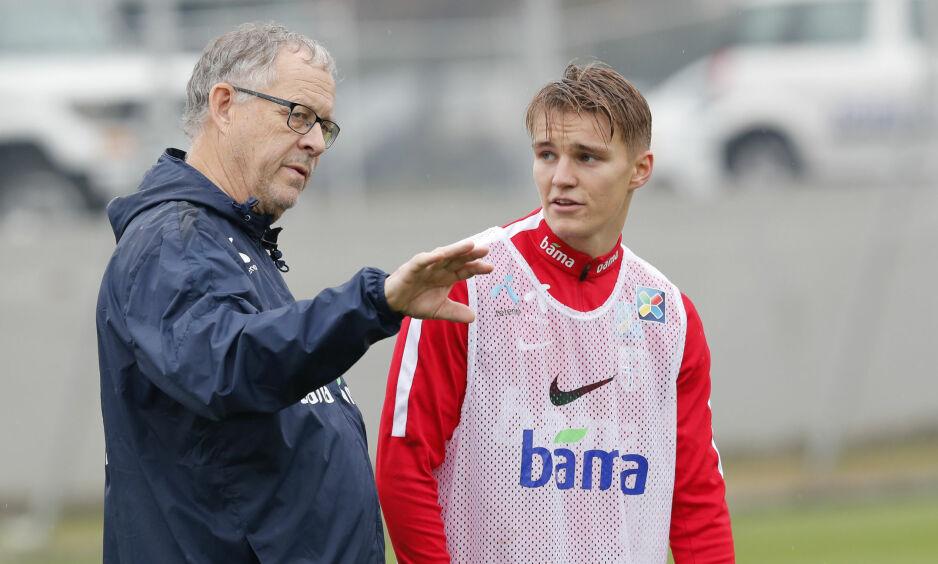NYE TIDER: Landslagstrener Lars Lagerbäck og Martin Ødegaard på treningsfeltet. Nå er det optimisme rundt laget. Foto: Terje Bendiksby / NTB scanpix