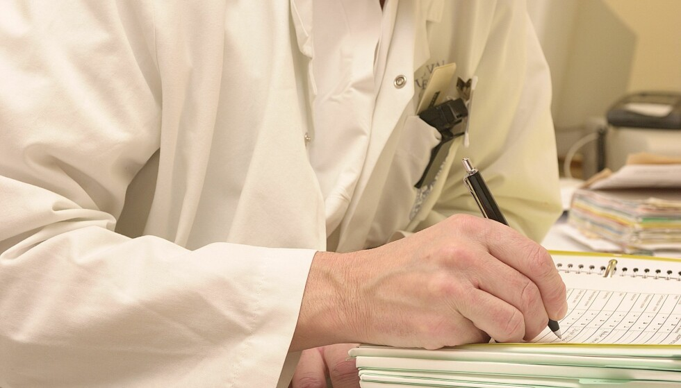ANALOG JOURNAL: I gamle dager skrev legen med penn i pasientjournalen, i dag foregår det meste på data. Dermed er også faren større for at opplysningene kommer på avveie. Foto: Bjørn Rørslett / NTB Scanpix