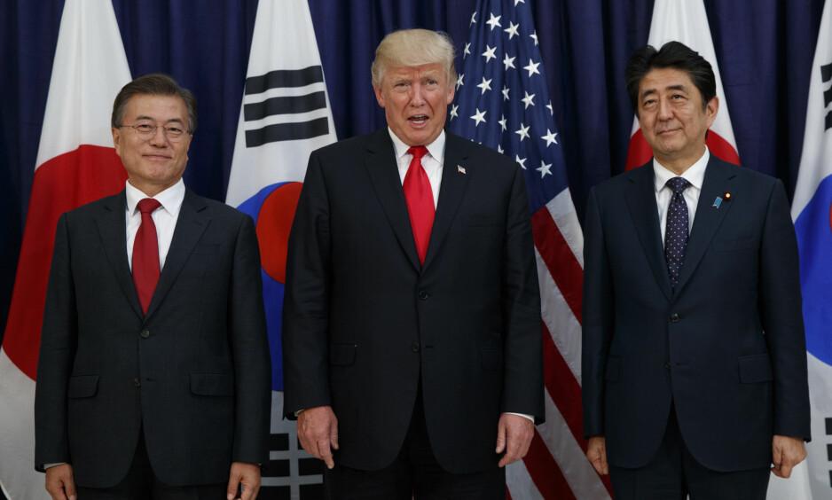 VIL IKKE HA NOE TREPARTSSAMARBEID: Kina er lite begeistret for tanken på en militær allianse mellom Sør-Korea, USA og Japan. Her representert ved presidentene Moon Jae-in, Donald Trump og Shinzo Abe. Foto: AP Photo/Evan Vucci/NTB Scanpix