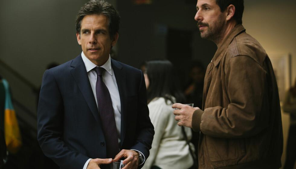KOMEDIE: Adam Sandler og Ben Stiller spiller hovedrollene i «The Meyerowitz Stories» på Netflix. Foto: NETFLIX