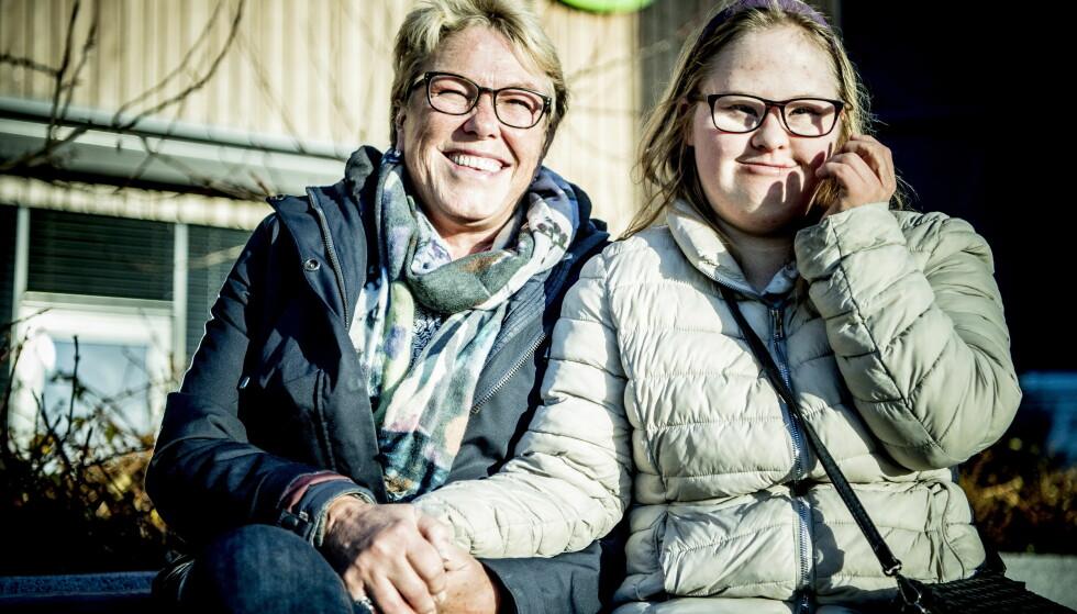 VIL BESTEMME: Kristin Augdahl (25) er veldig glad i mamma, Johanne Alhaug, men synes det er irriterende at moren passer så godt på hva hun spiser. - Jeg vil bestemme selv hva jeg handler i butikken, sier hun. Foto: Thomas Rasmus Skaug