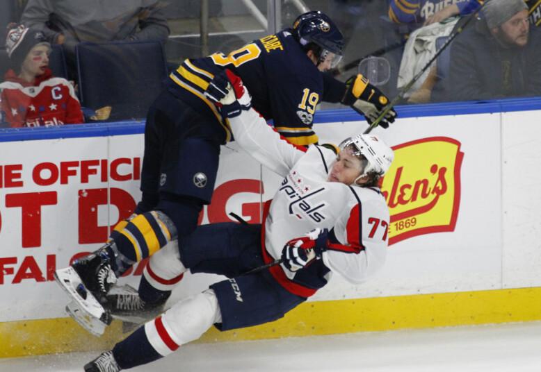 TETTE DUELLER: NHL preges av tette dueller. Her er det Washington Capital-forward T.J. Oshie som får smake det av Buffalo Sabres-forsvarer Jake McCabe i en kamp 7. november. Foto: NTB Scanpix
