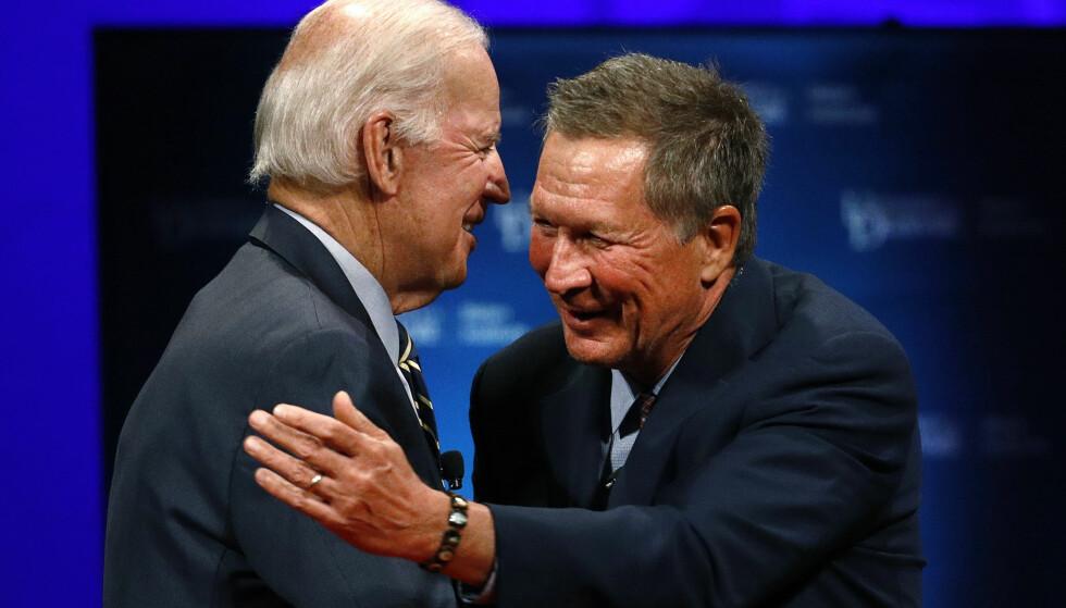 KANDIDATER?: John Kasich (til høyre) trekkes fram som en mulig utfordrer til Donald Trump under presidentvalget om tre år. Her er han avbildet sammen med en av Demokratenes favorittkandidater til å stille - Obamas tidligere visepresident Joe Biden. Foto: Patrick Semansky / AP / NTB Scanpix