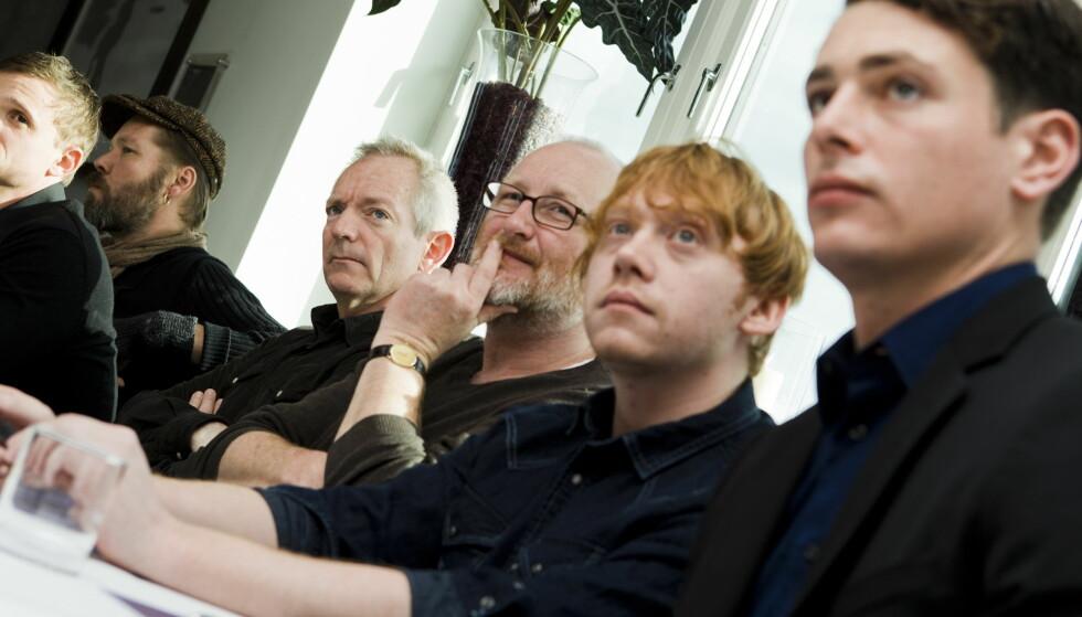 NØDVENDIG: Filmprodusent, og medstifter av Zentropa, Peter Albæk Jensen (nummer tre fra høyre), gir Zentropa-elevene som trår feil fysisk avstraffelse. Han mener det er nødvendig for å bli en god filmskaper. Foto: Berit Roald / NTB Scanpix