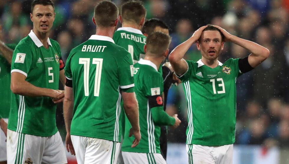 FORTVILER: Corry Evans holder seg til hodet etter at den rumenske dommeren feilaktig dømte straffe i mot den nord-irske forsvareren. Sveits vant kampen 1-0. Foto: NTB Scanpix
